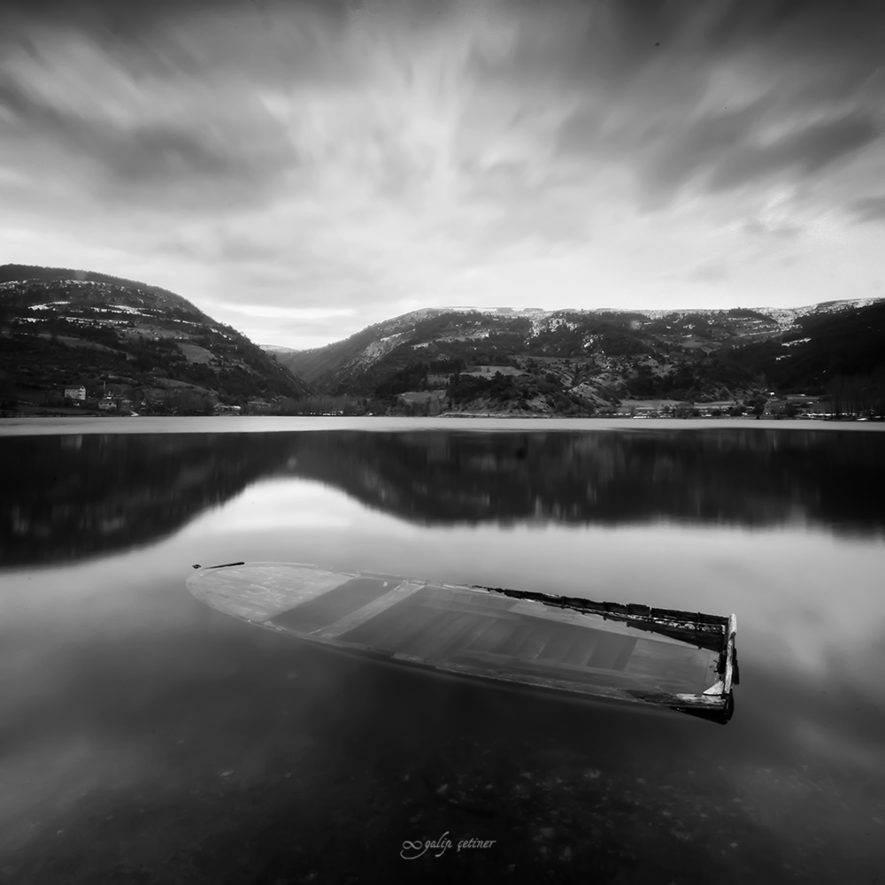 longexposure shot of the sinken boat in black&white