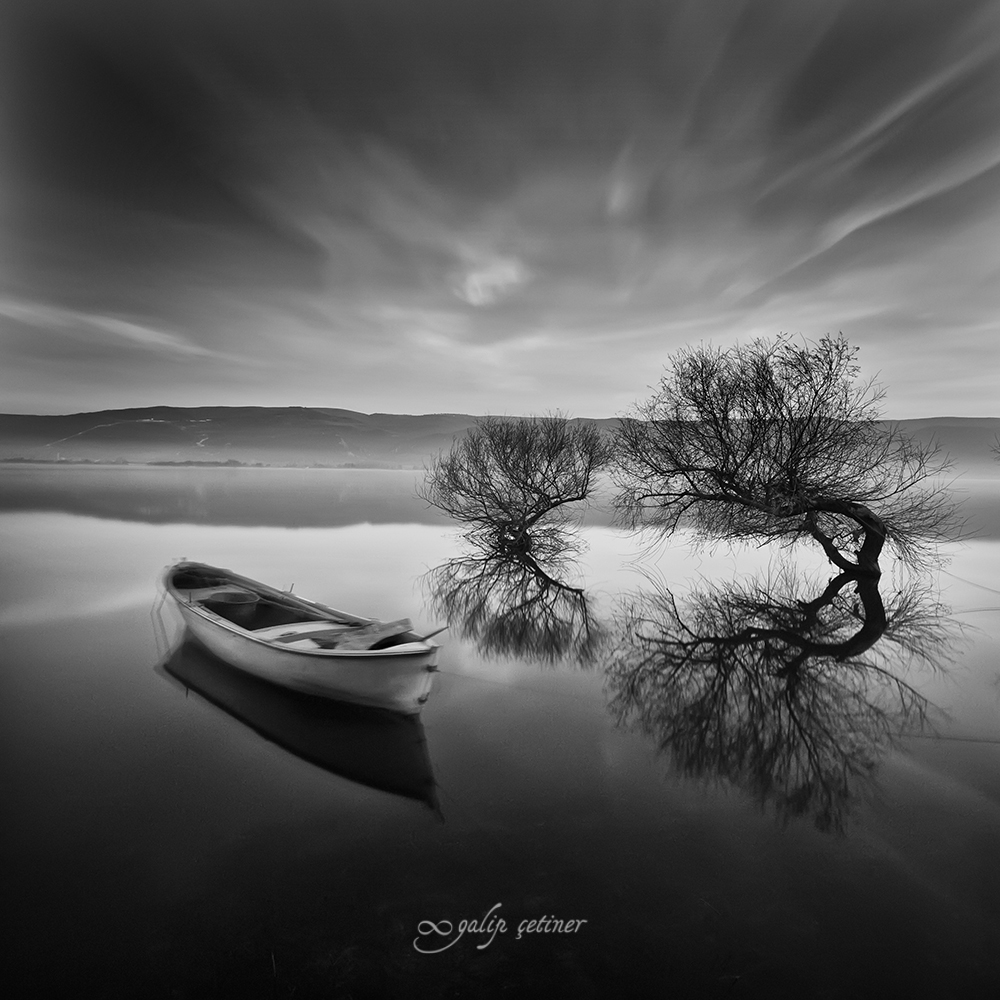 longexposure shot of the boat in black&white